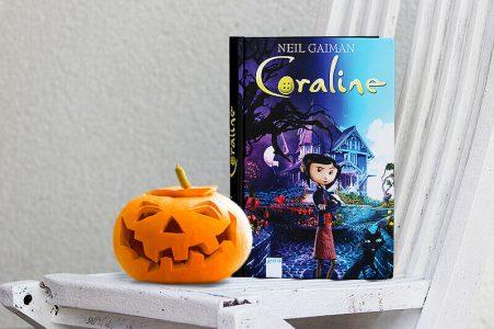 Neil Gaiman Coraline Buch für Halloween